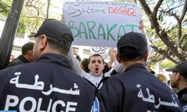 الجزائريون يتظاهرون ضد الولاية الرئاسية الخامسة