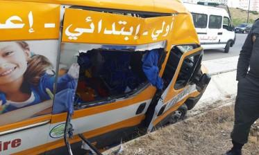 مصرع شخص وإصابة أطفال في اصطدام بين سيارة للنقل المدرسي وسيارة خفيفة