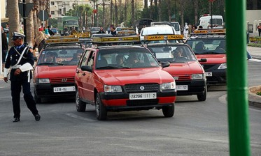 سائقو سيارة الأجرة الصغيرة بالبيضاء يحتجون أمام مجلس المدينة