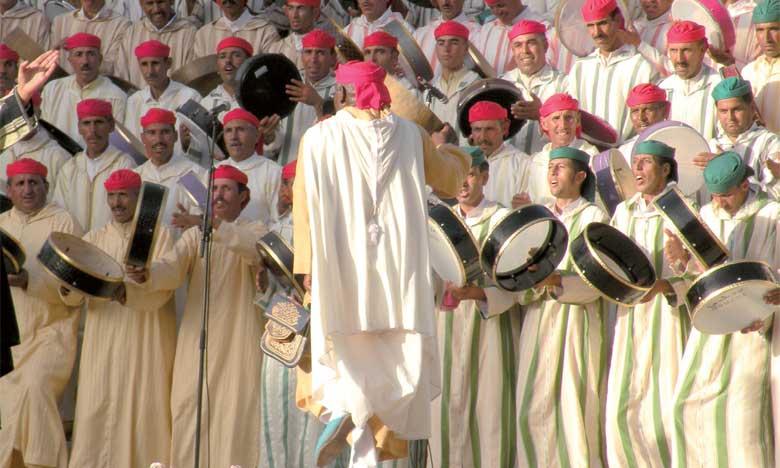 La place «Taj» a été le théâtre d'une symphonie d'Ahidous, regroupant près de 200 artistes représentant vingt-quatre troupes, dont l'une est composée exclusivement de jeunes femmes.