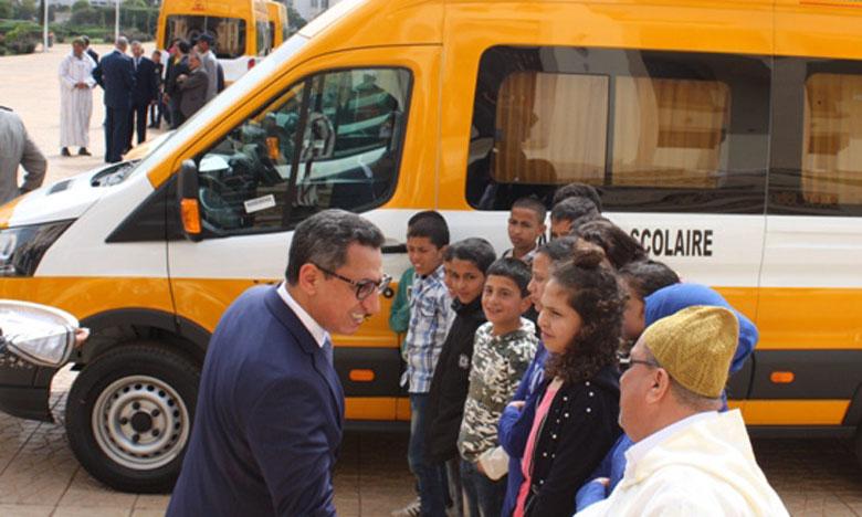 Dotation de 15 communes rurales de minibus pour le transport des élèves.