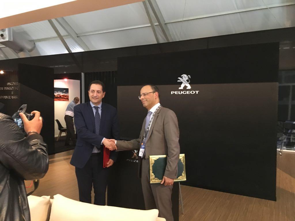 Khalid Kabbaj, directeur général de Sopriam signant une convention de partenariat avec Youssef Baghdadi, président du directoire de Bank Assafa. Ph : Seddik