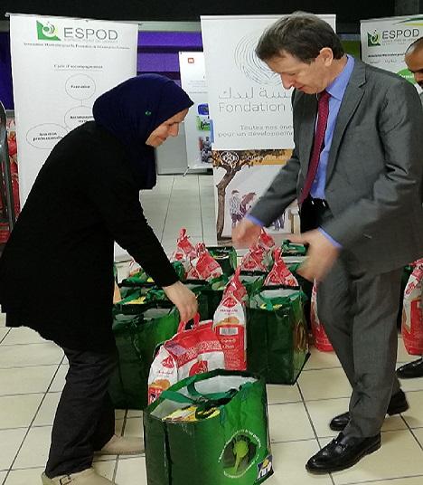 Jean-Pascal Darriet, patron de Lydec, lors de la distribution des couffins ramadanesques.
