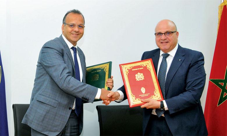 La nouvelle convention a été signée par Marc Nassif, DG du Groupe Renault Maroc (à droite) et Nabyl Lakhdar, DG de l'ADII.