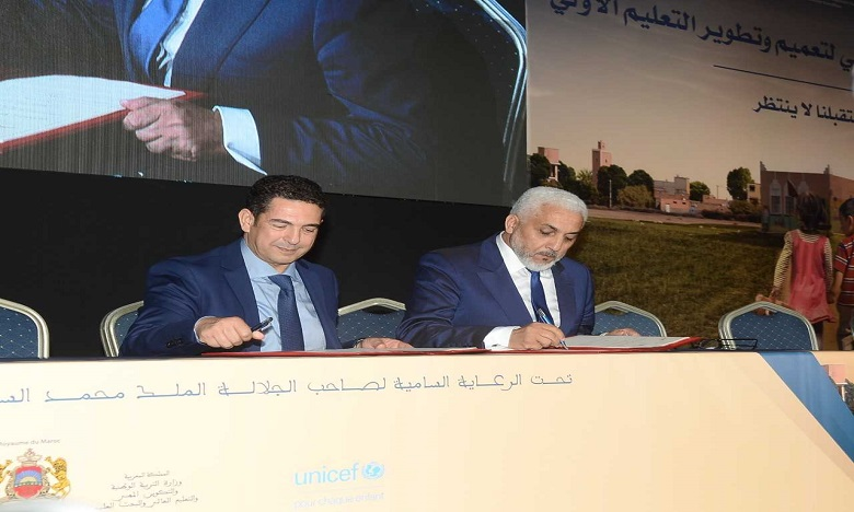 Le ministre de l'Education nationale, Saaid Amzazi et Jamal Belahrach, président de la Fondation Zakoura, lors de la signature de la convention. Ph. DR