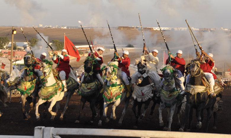Quelque 2.000 cavaliers, éblouissants dans leurs parures traditionnelles, leurs fusils pointés vers le ciel, s'affronteront dans une ambiance de fête populaire.