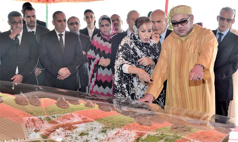 S.M. le Roi Mohammed VI a procédé, le 5 février 2016 à Laâyoune, au lancement des travaux de réalisation de la technopôle Foum El Oued, une cité du savoir et de l'innovation  au service du développement des provinces du Sud. Ph. MAP