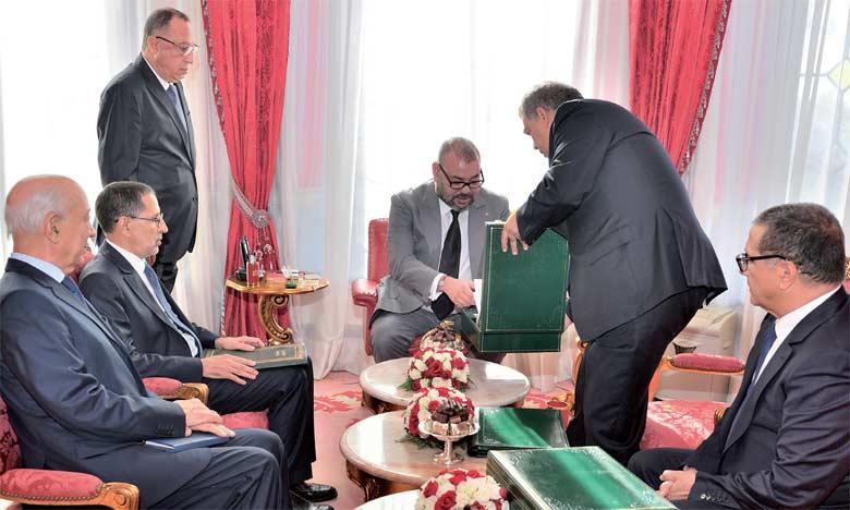 S.M. Le Roi Mohammed VI avait reçu, le 2 octobre 2017 à Rabat, le ministre de l'Intérieur, Abdelouafi Laftit, qui  a présenté au Souverain les conclusions du rapport portant sur l'exécution du programme «Al Hoceïma Manarat  al Moutawassit». Ph. MAP