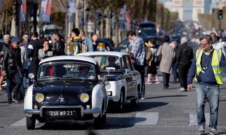 À l'occasion de la Parade des 120 ans du Mondial de l'automobile, collectionneurs et services du patrimoine des marques avaient sorti et fait rouler leurs plus beaux joyaux dans les rues de Paris.