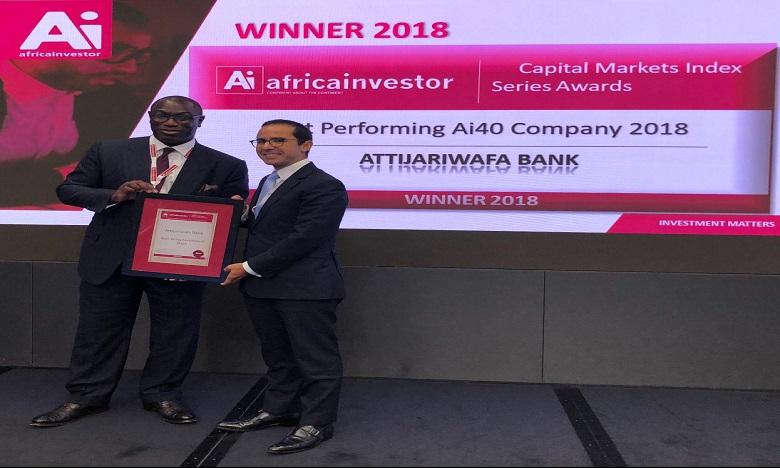 Youssef Rouissi, Directeur Général Adjoint du groupe Attijariwafa bank en charge de la Banque de Financement et d'Investissement Groupe, recevant le trophée des mains de M. Hubert Danso, PDG du groupe AfricaInvestor.