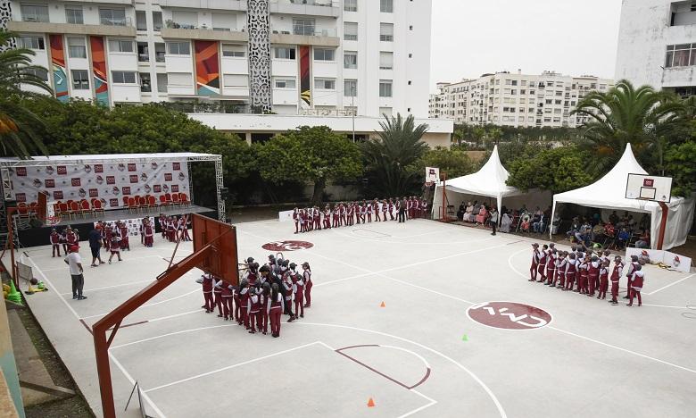 Les jeunes bénéficiaires ont été surpris de découvrir une nouvelle cour d'école, entièrement réaménagée en terrains de basketball.