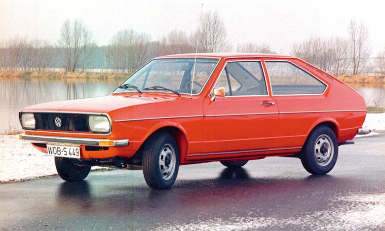 La toute première Passat, une berline à hayon à deux ou quatre portes, avec une large ouverture de coffre, a été produite en 1973.