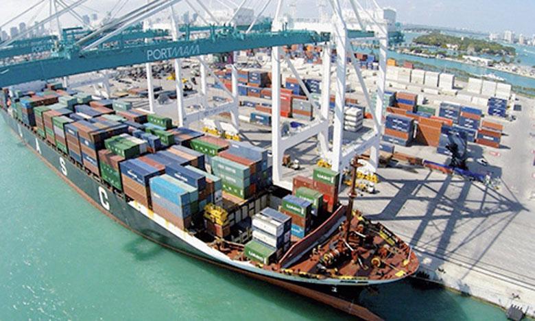 Le Port de Miami en Floride est considéré comme le principal port de croisière de la planète, mais il est aussi le centre majeur de transit de marchandises à destination des Amériques. Il traite plus de neuf millions de tonnes de cargaison et plus d'un million d'EVP.