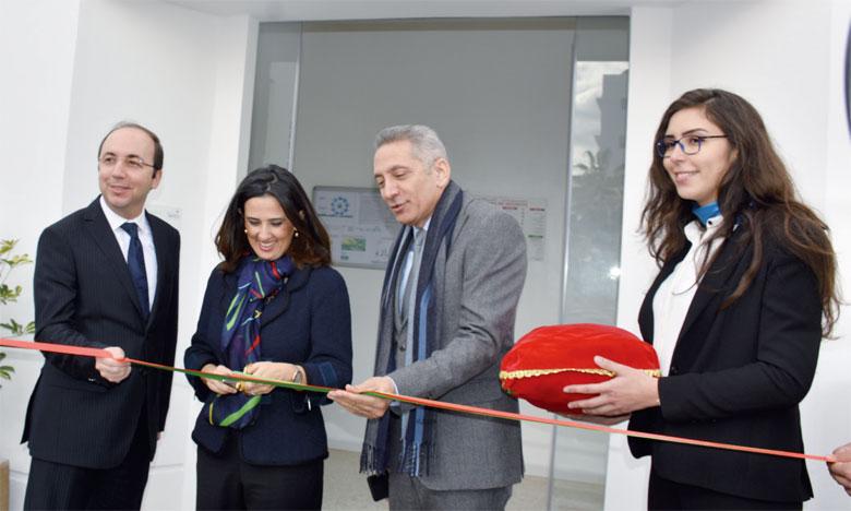 De gauche à droite, Anas Doukkali, ministre de la Santé, Lamia Tazi, DG de Sothema, et Moulay Hafid Elalamy, ministre de l'Industrie et du commerce. Ph. Seddik