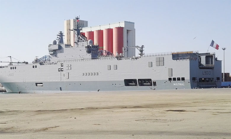 Le porte-hélicoptères amphibie «Mistral» mouille au port d'Agadir