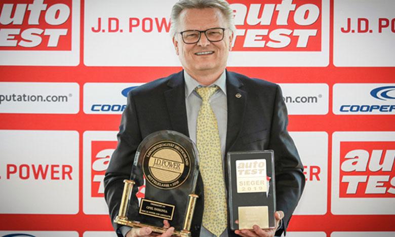 C'est Arnold Pauluch, Directeur Qualité Opel, qui a reçu les trophées des voitures gagnantes lors de la remise des prix qui s'est déroulée à Francfort.