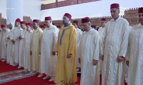 S.M. le Roi accomplit la prière du Vendredi à la mosquée Al Ikhlass à Casablanca et autorise l'ouverture aux fidèles de 30 mosquées