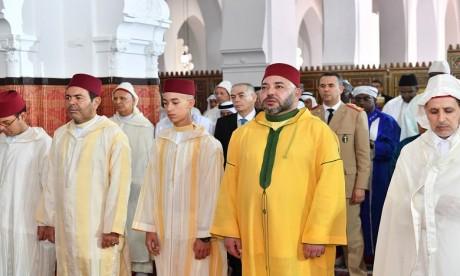 S.M. le Roi accomplit la prière de l'Aïd Al-Adha à la mosquée Ahl Fès à Rabat et reçoit les vœux