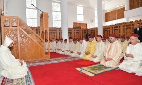 S.M. le Roi, Amir Al Mouminine, accomplit la prière du Vendredi à la mosquée Al Ridouane à Salé