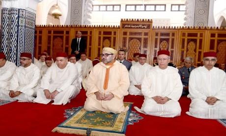 S.M. le Roi accomplit la prière du Vendredi à la mosquée Palestine à Salé