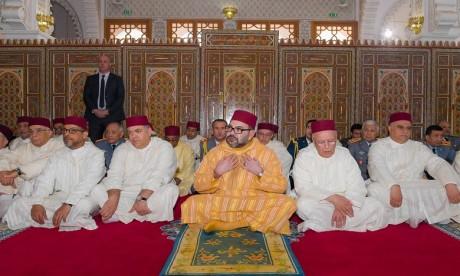 S.M. le Roi accomplit la prière du vendredi à la mosquée Othmane Ibn Affane à Douiyet