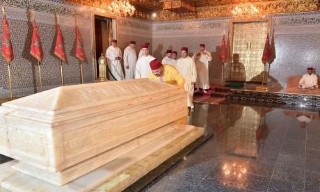 Video : S.M. le Roi, Amir Al Mouminine, se recueille sur la tombe de feu S.M. le Roi Mohammed V