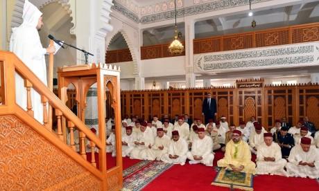 Video : S.M. le Roi accomplit la prière du Vendredi à la mosquée Al israâ Wal miaâraj à Casablanca