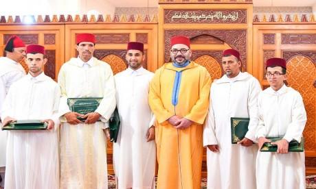 S.M. le Roi accomplit la prière du Vendredi à la mosquée Assalam à Salé